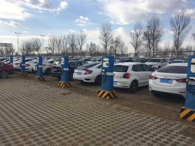 目前新能源车将近200万辆,而充电桩将近六十万,购置新能源汽车何去何从?